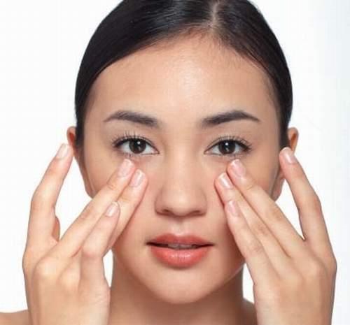 Nhẹ nhàng massage: một cách làm tan máu bầm ở mí mắt hiệu quả khác